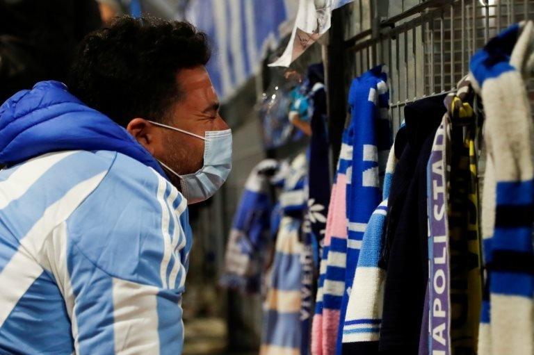 Maradona için ağlayan bir Napoli taraftarı