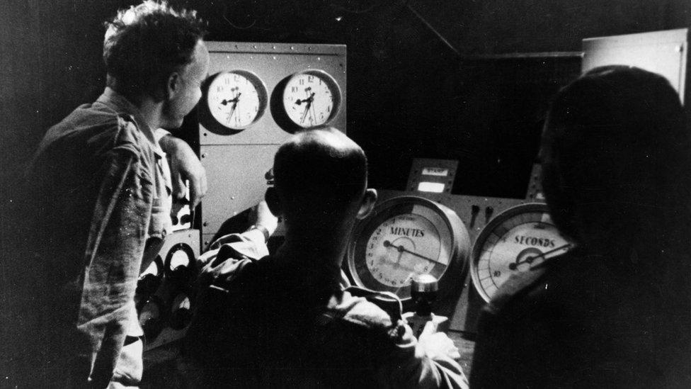 Científicos monitorean las primeras pruebas nucleares británicas a bordo del portaviones Campania, en 1952