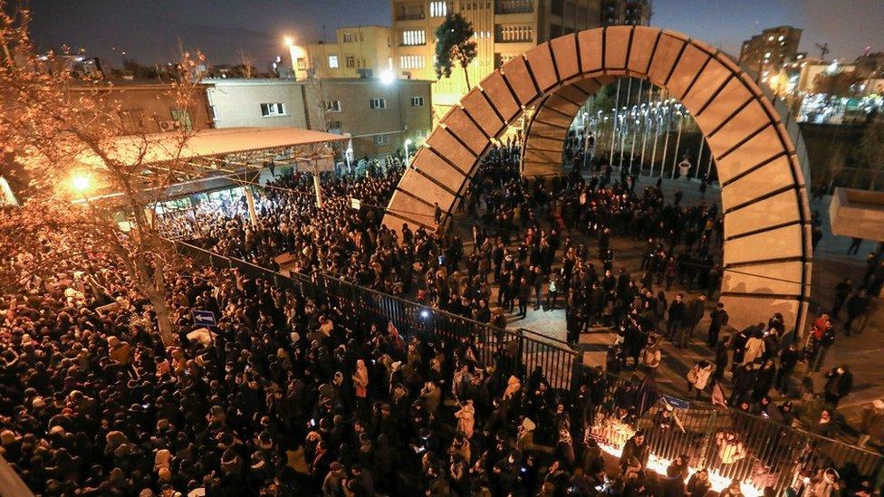 طلاب إيرانيون يتظاهرون خارج جامعة أمير كبير في طهران