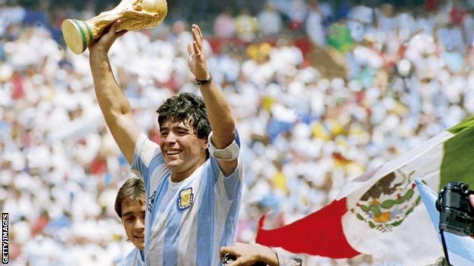 مارادونا رافعاً الكأس بعد فوز منتخب بلاده بكأس العالم 1986