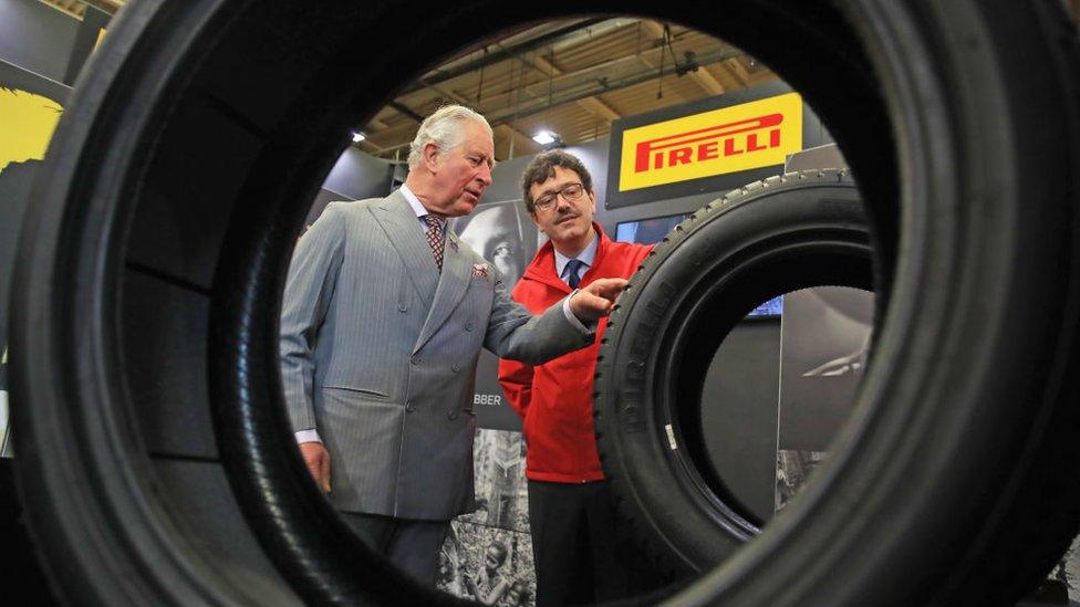 BBC | NO USAR El príncipe Carlos visita la fábrica de Pirelli en Carlisle, Inglaterra.