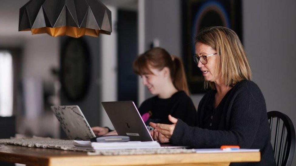 Dos mujeres frente a computadores en Nueva Zelanda