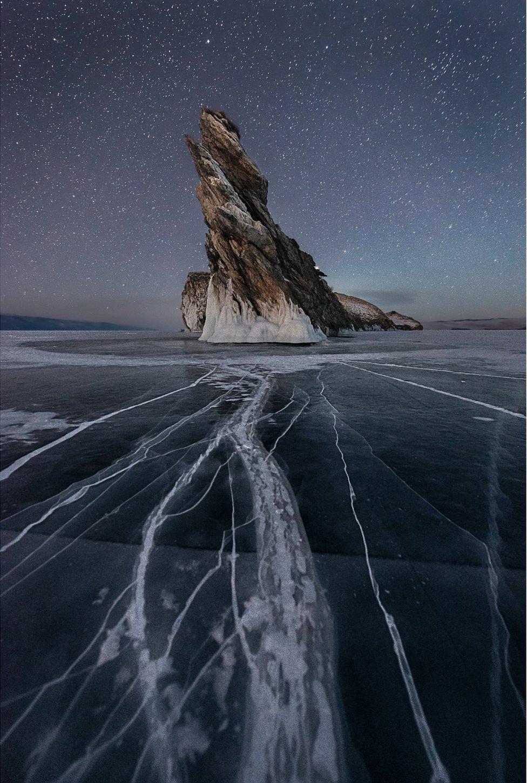 تبرز جزيرة صخرية شديدة الانحدار من بحيرة متجمدة