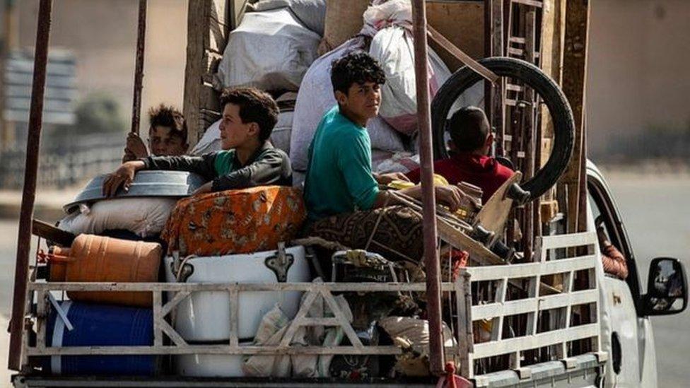 عائلة نازحة من بيتها في شمالي سوريا بسبب الهجوم التركي