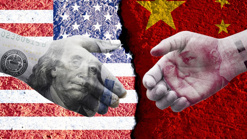 設計圖片:中美國旗,美元鈔票與人民幣鈔票試圖握手