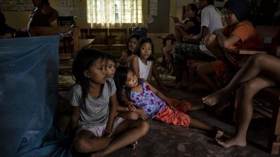 السكان اتخذوا المدارس ملاجئ من العاصفة في مدينة توغويغاراو