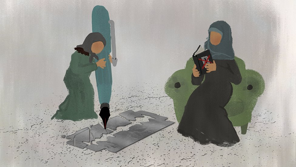 Una joven usa una bolígrafo gigante para destruir una hojilla, mientras su madre lee un libro sobre la MGF.