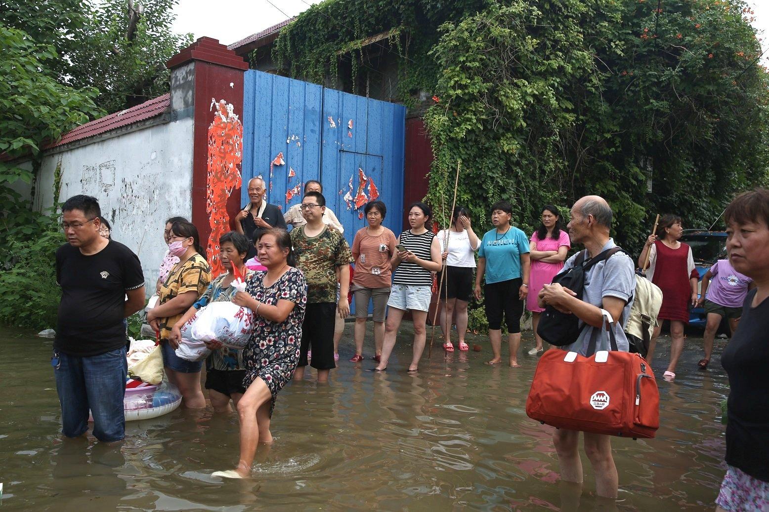 河南衛輝農村的民眾等待撤離。