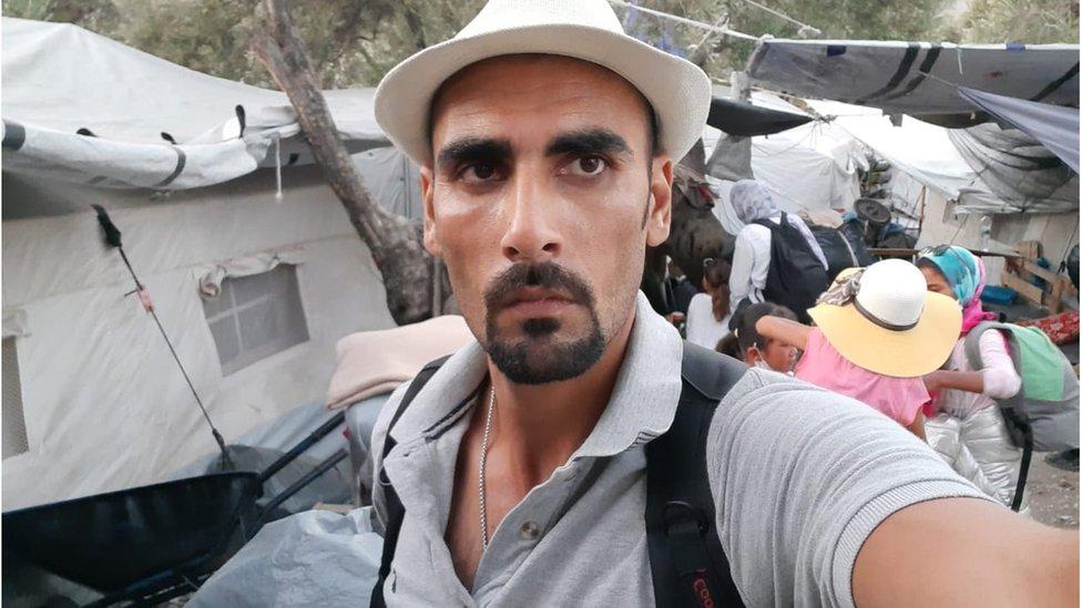 Talibshah Hosseini delante de su carpa compartida en Moria, antes del incendio.
