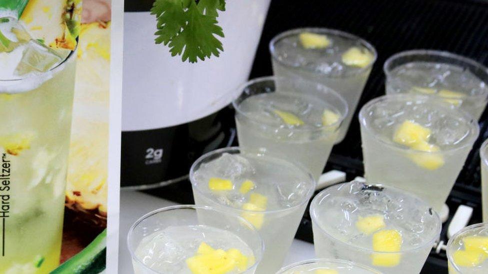 Bebidas hard seltzer con sabor a piña colada.