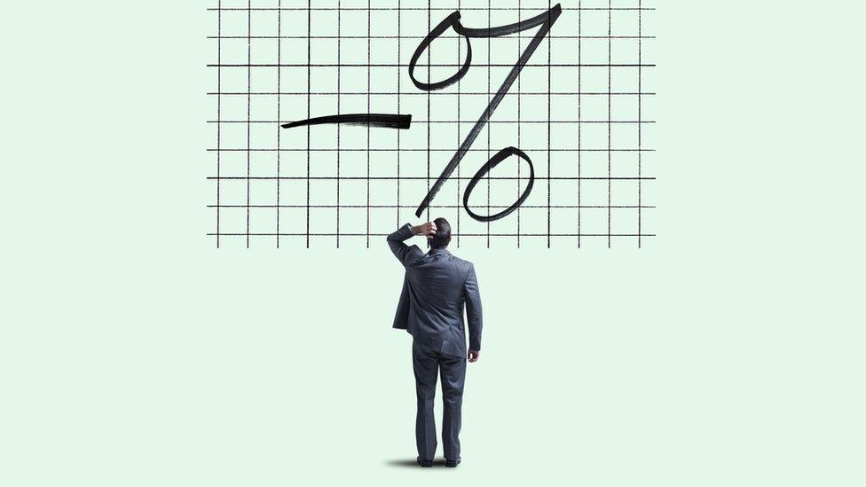 Čovek zbunjen oznakom za procente