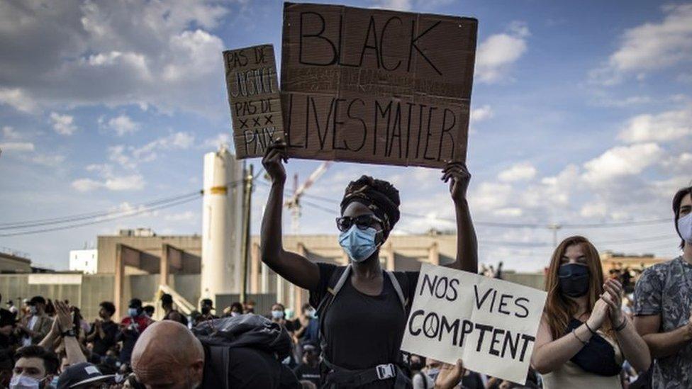 Manifestantes con carteles con el lema Black Lives Matters en París, Francia.