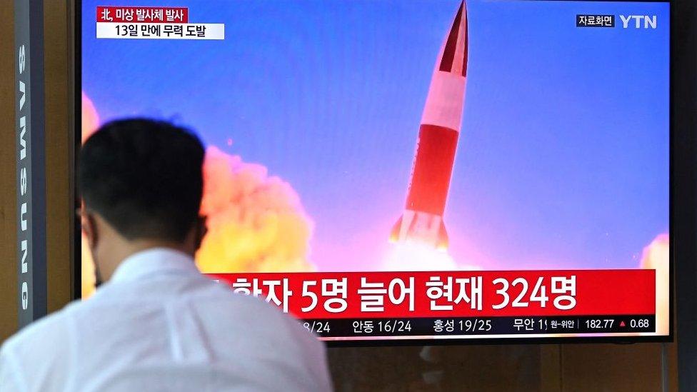بث تلفزيون كوريا الجنوبية أنباء عن آخر عملية إطلاق صاروخية من جانب كوريا الشمالية مع لقطات أرشيفية