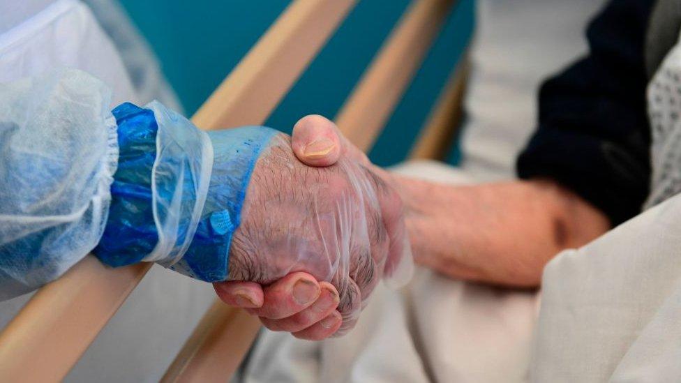 Apretón de manos en hospital de Italia