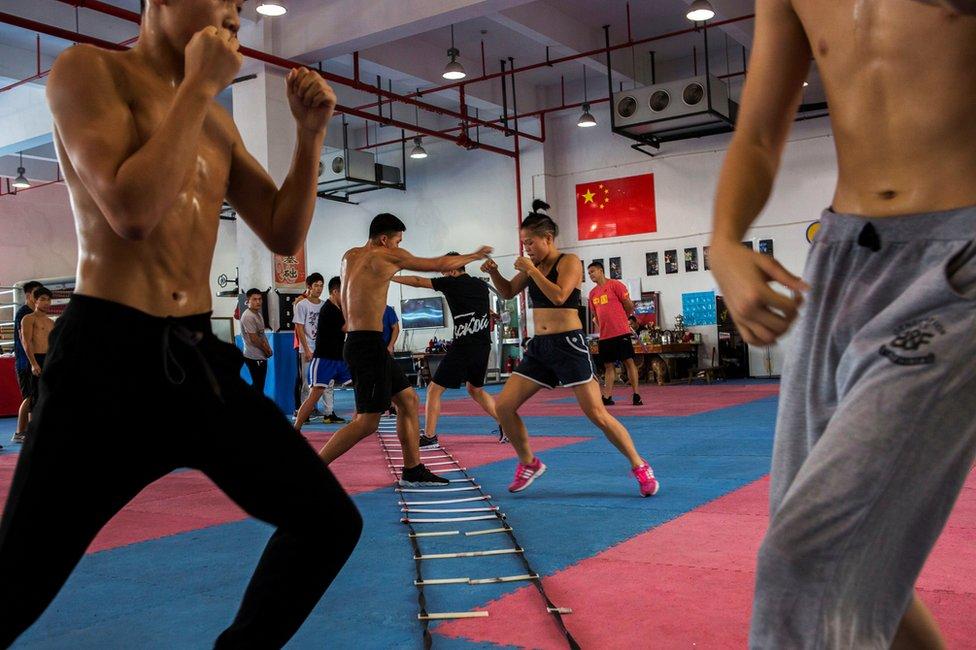 Kako se takmičenje približava, Huang pojačava treninge. Sada je njena baza grad Ningbo.
