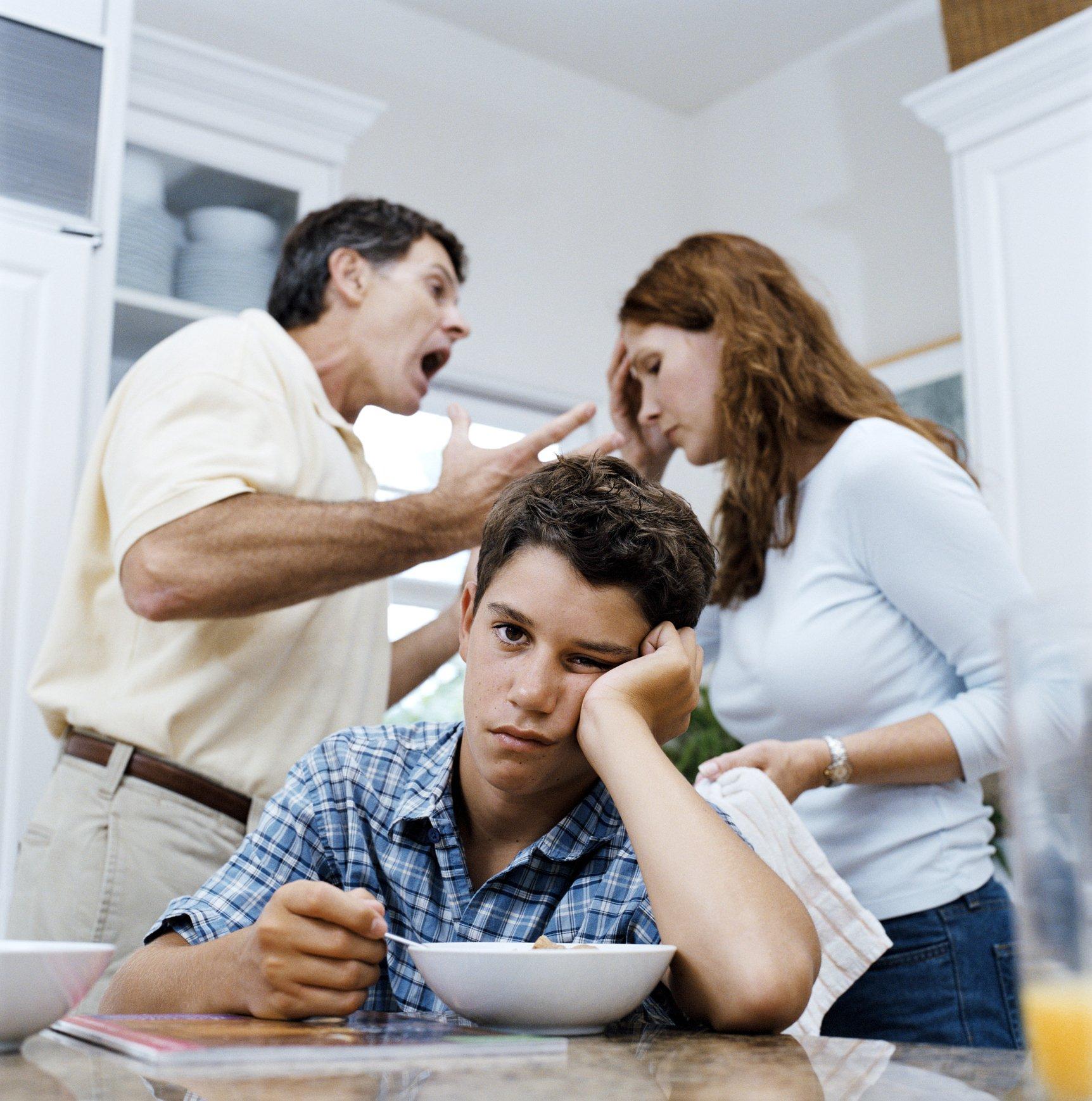 زوجان يتشاجران بينما يشعر طفلهما بالاستياء من ذلك
