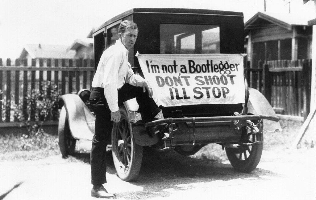 """Conductor con cartel en su carro que dice: """"No soy contrabandista. No dispare. Yo me detendré""""."""