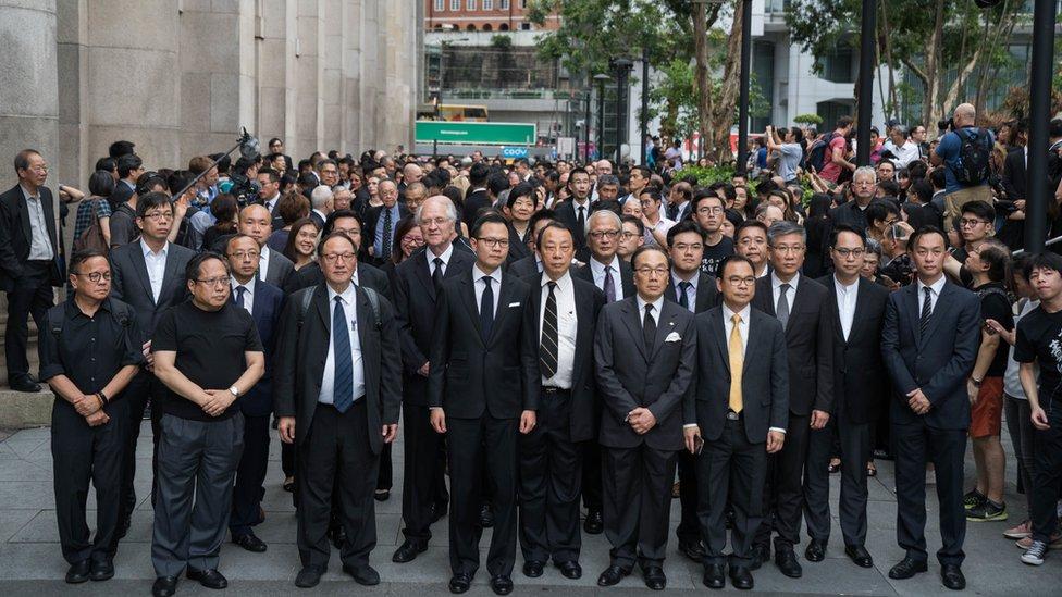 香港大律師公會多次發動靜默遊行,反對當地政府建議修訂《逃犯條例》。