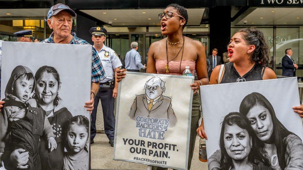 Protesta en 2017 contra las empresas que apoyan la política migratoria de Trump.