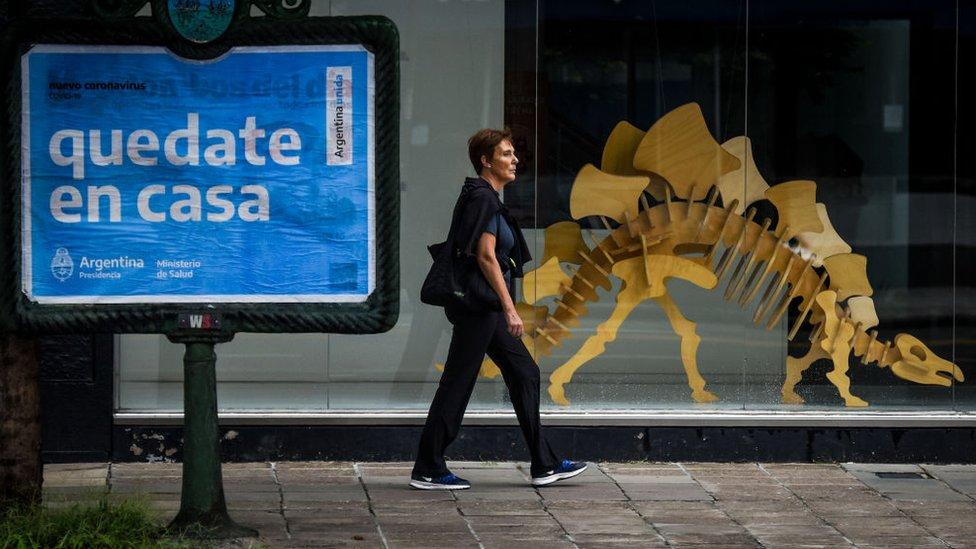 """Anuncio de """"quédate en casa"""" en Buenos Aires, Argentina."""