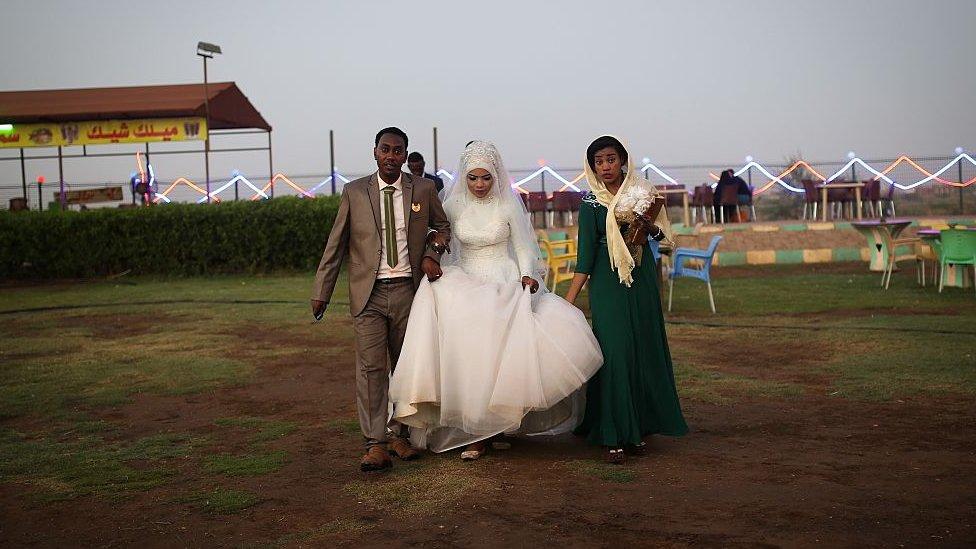 زوجان سودانيان أمام شارع النيل في الخرطوم