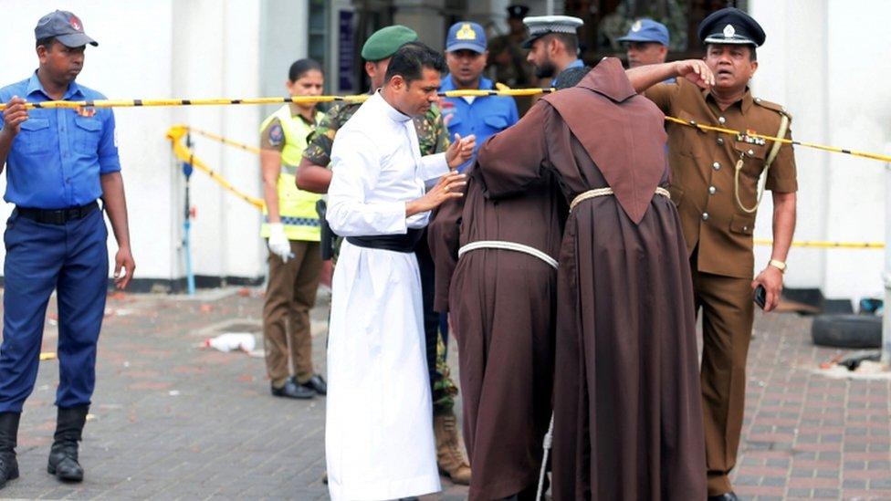 Sacerdotes llorando en Kochchikade