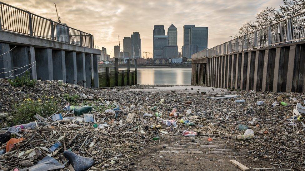 Basura acumulada frente al río Támesis, frente al distrito financiero de Londres.