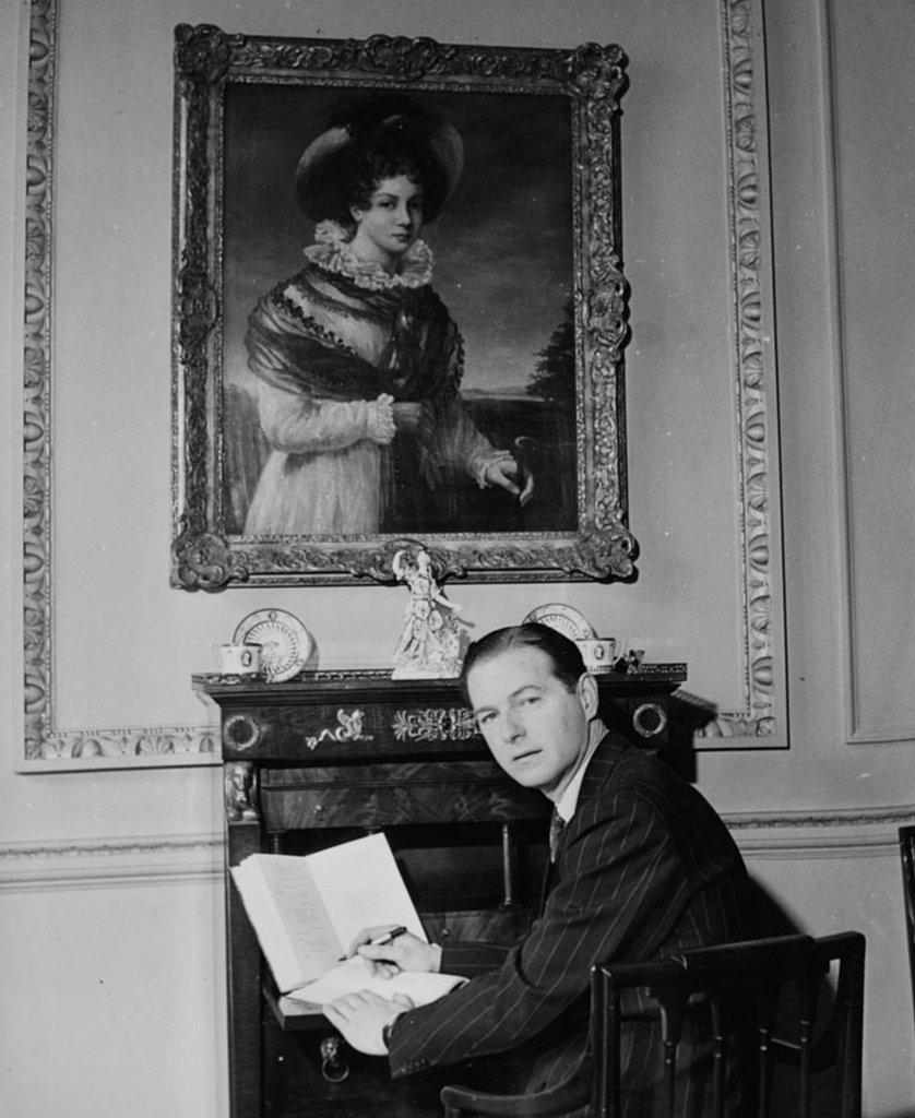 Retrato escribiendo en su escritorio, sentado debajo de una de la autora Jane Austen, 1948.