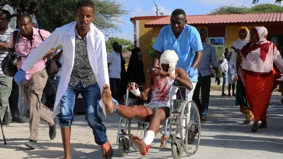 Un hombre lleva a los heridos al hospital.