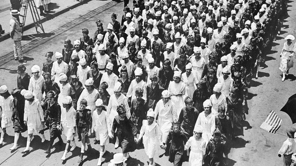 Marcha durante la pandemia en 1918
