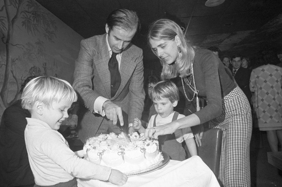 Joe Biden parte la tarta con su primera esposa