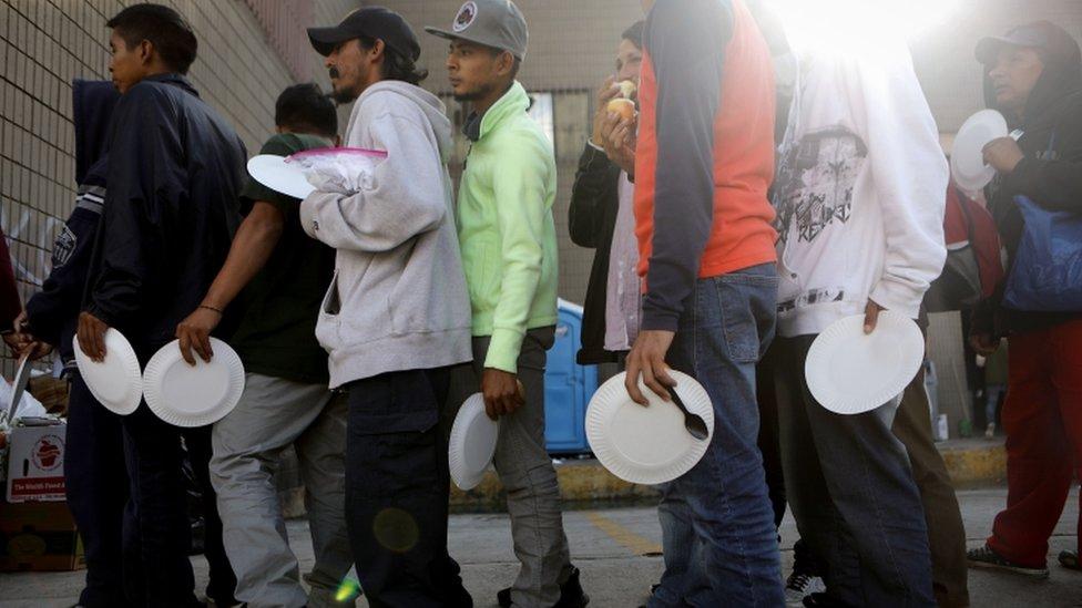 Migrantes en un refugio en Tijuana, México.
