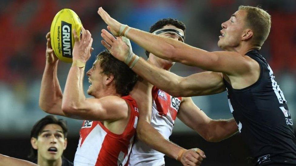 أكدت دراسة أجريت عام 2018 على 25 لاعبا سابقا في الدوري الاسترالي لكرة القدم أن الكثيرين منهم تعرضوا لإعاقات حادة بعد تقاعدهم
