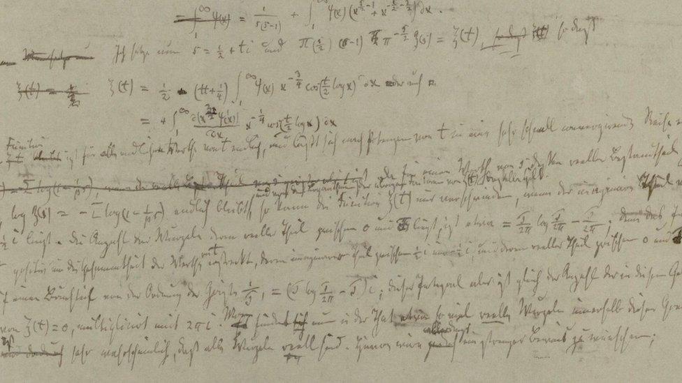 Imagen de cálculos de Bernd Riemann para elaborar su hipótesis.