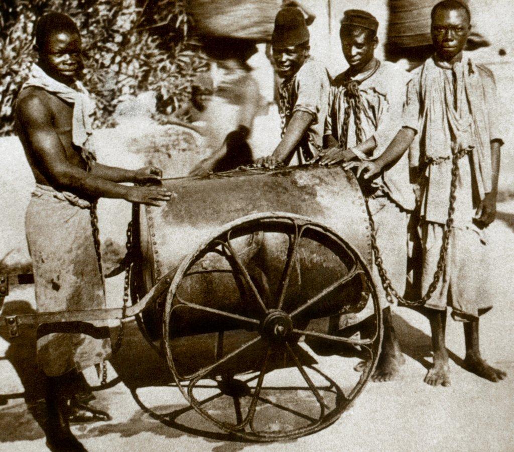 Esclavos encadenados en Zanzíbar circa 1860-1870.