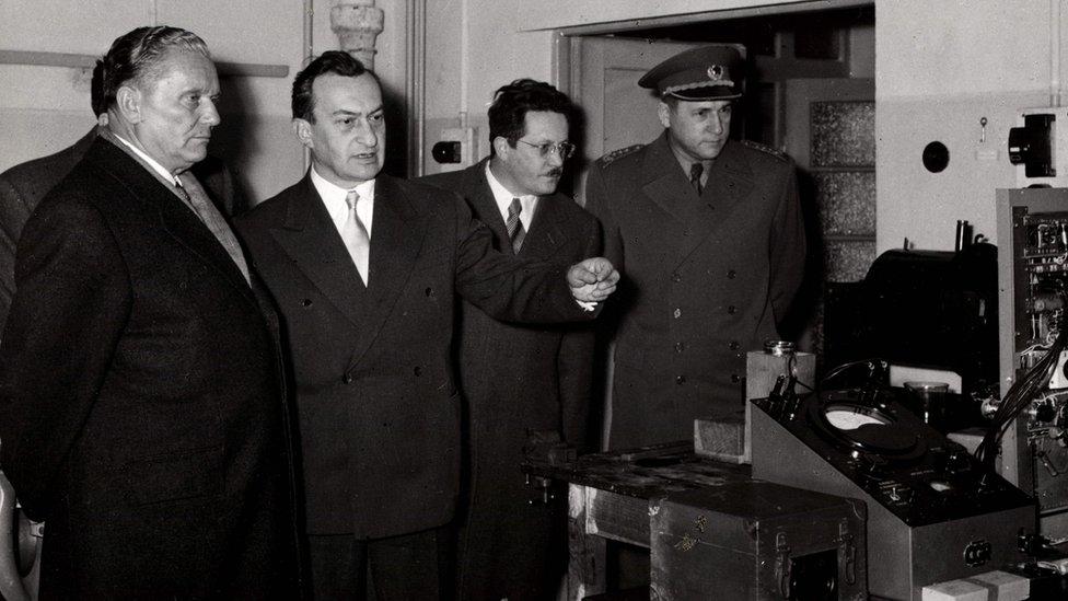 Poseta Vinči 1995. godine: Tito, Pavle Savić, Kardelj i Gošnjak