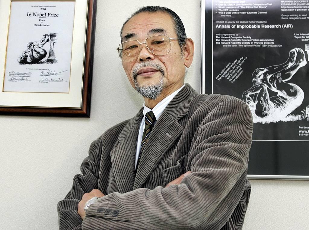 Daisuke Inoue con su Ig Nobel.