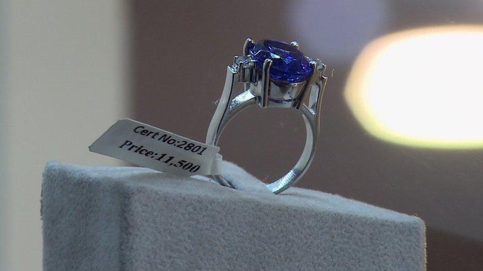 Tanzanita en un anillo