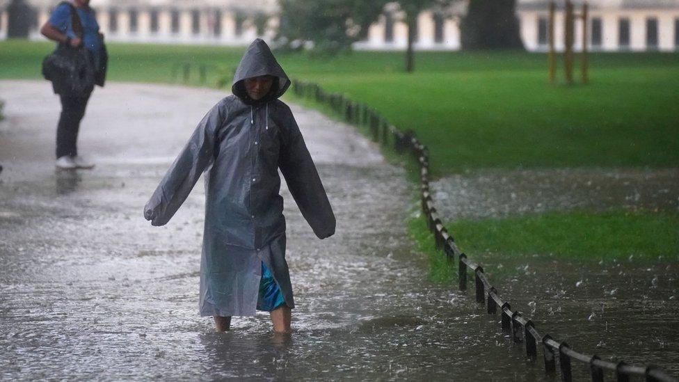 倫敦聖詹姆士公園內一位女士涉水而行(25/7/2021)