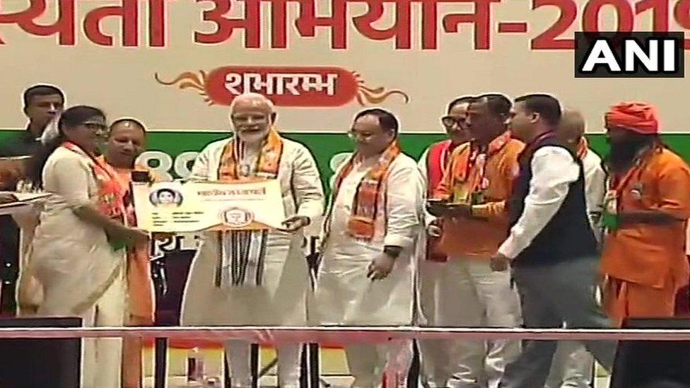 प्रधानमंत्री नरेंद्र मोदी उत्तर प्रदेश में वृक्षारोपन शुरू करते हुए