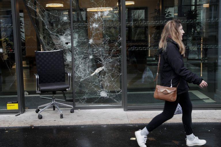 Un cristal roto en una tienda