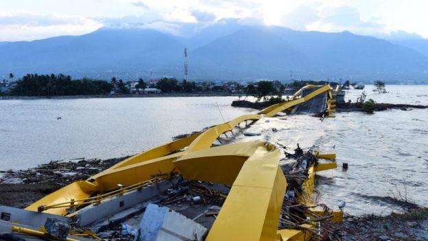Tsunami sonrası yıkılan bir köprü