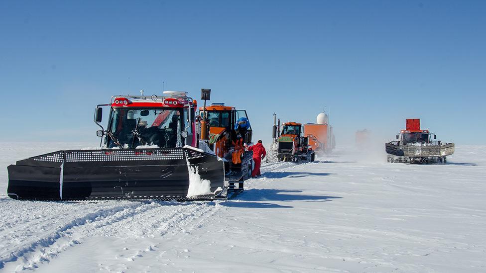 Tractores en la nieve.