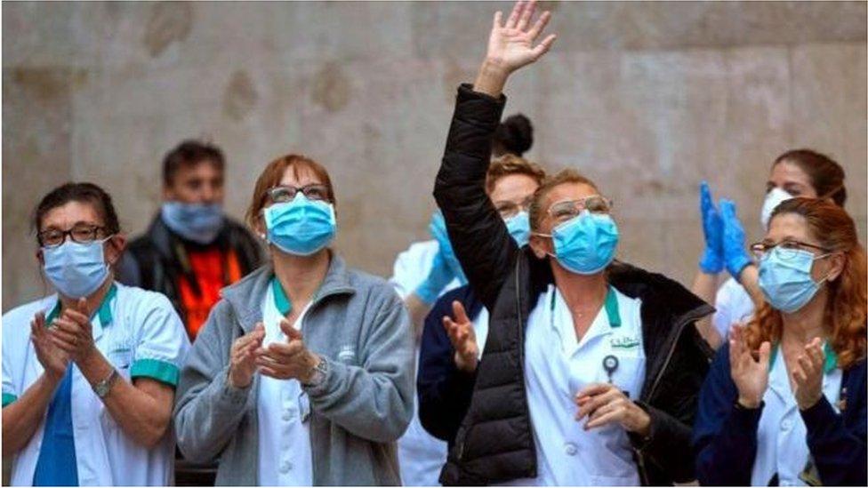 عاملون في المجال الطبي أثناء تفاعلهم مع تصفيق يومي للامتنان