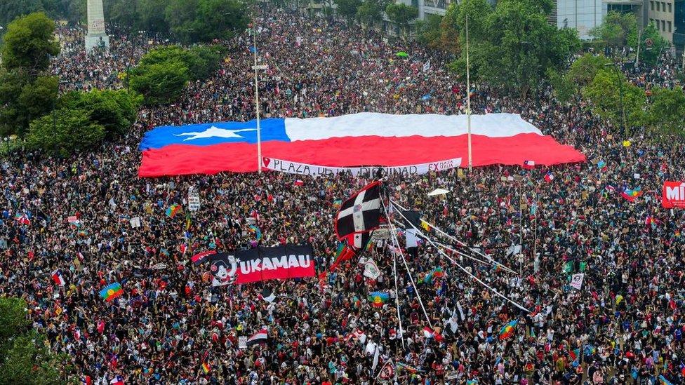 Masiva protesta en Santiago, Chile. Octubre de 2019.