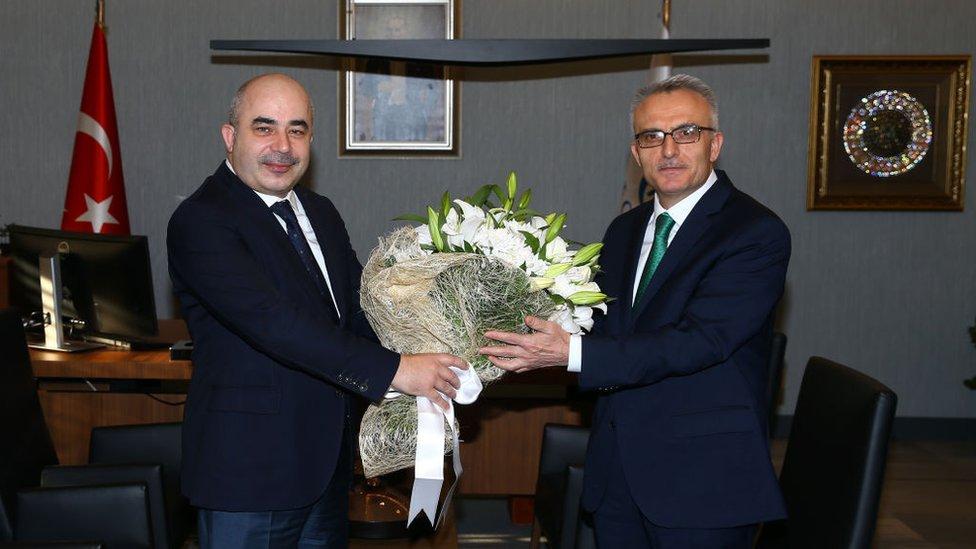 Murat Uysal (solda), cumartesi günü düzenlenen törenle görevi Naci Ağbal'a teslim etti