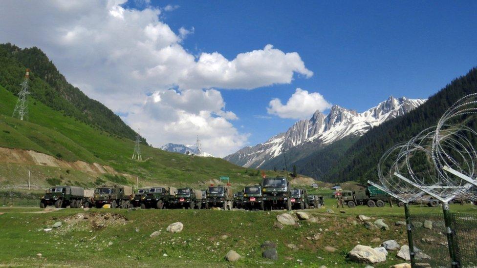 印控克什米爾斯利那加巴爾德爾鎮外一批正在前往拉達克的陸軍部隊停車休息(16/6/2020)