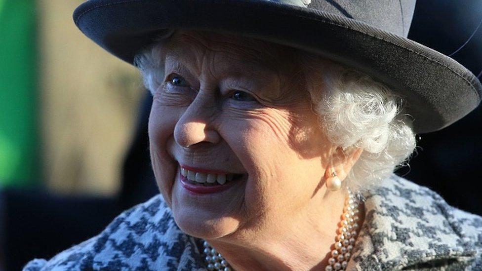 Kraliçe 2. Elizabeth, Prens Harry'yle ilgili açıklamadan sonra ilk kez pazar günü kiliseye giderken kameralar önüne çıktı