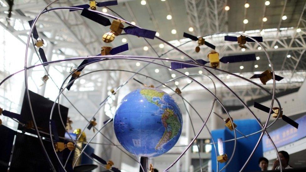 Un modelo a escala de satélites alrededor de la Tierra