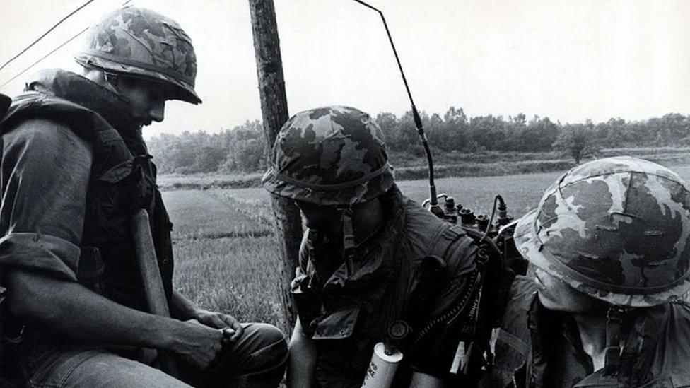 美軍在清晨進入JSA,保護工程兵執行修剪楊樹枝杈任務。